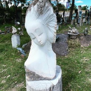 Superbe Sculpture en Dolomite bientôt en expo dans notre galerie de Vezelay #vezelay #artshona #lesoizeaux #sculpturepierre