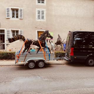 La magnifique sculpture exposée cette saison devant notre galerie à Arc-et-Senans est prête pour un beau voyage aux Pays Bas : ) Cette sculpture, celle qui nous aura fait découvrir l'Art de Ray Chataira, Artiste Zimbabwéen trouvera sa place dans un beau domaine !  #lesoizeauxdepassage #lesoizeaux #cheval #sculpturemetal #sculpturecheval #lasaline #arcetsenans