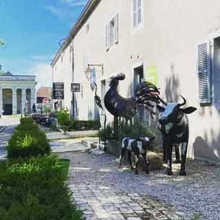 Nouvelle instalation devant notre boutique les Oizeaux de Passage pour le départ de la saison estivale : ) #sculpturemetal #salineroyale #lesoizeauxdepassage #sculpturevache #coqmetal #recyclage #artaujardin #artisanatmetal