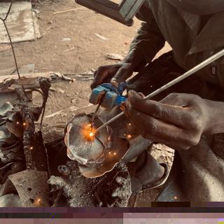 Workshop à Harare, fabrication de tuteurs fleur de coquelicot #coquelicot #lesoizeaux #lesoizeauxdepassage #artaujardin #workshop #metalrecycle #fleur #faitmain