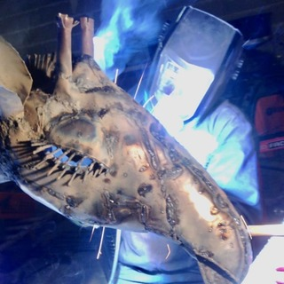 A l atelier, une girafe de 4 mètres en est sortie. #pieceunique #lesoizeauxdepassage #soudure #sculpturemetal #metalrecycle #artaujardin #ideedeco #workshop #arcetsenans #vezelay #decorationjardin