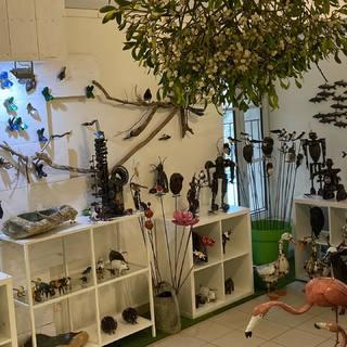 Notre boutique d Arc et Senans ouverte jusqu'au 24 décembre avec un belle boule de gui offerte par notre ami et collaborateur Gaël #souslegui #lesoizeaux #decojardin #ideecadeau #lesoizeauxdepassage #artmetal #metalrecyclé #oiseau